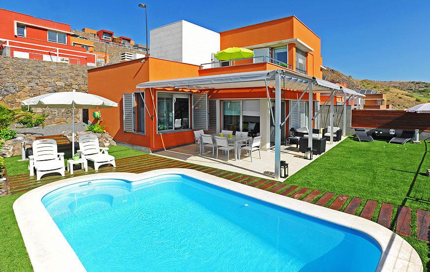 Moderne und geschmackvoll eingerichtete Villa mit gemütlichem Außenbereich mit beheizbarem Privatpool