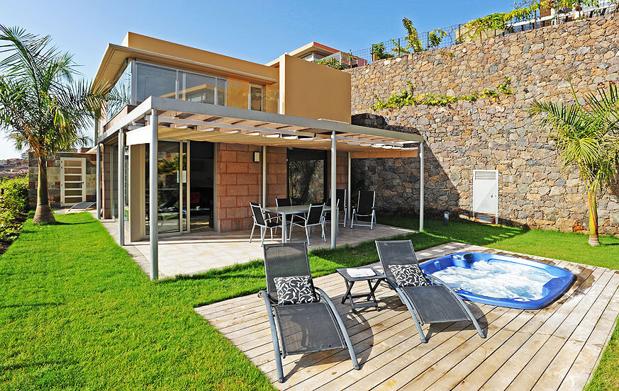 Stylish villa to rent with nice outdoor area with jacuzzi and magnificent views to the golf course and the mountains