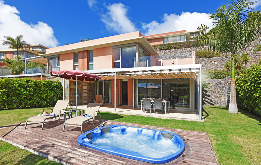 Modern two bedroom villa with pool, two terraces and a superb location directly at the northern golf course
