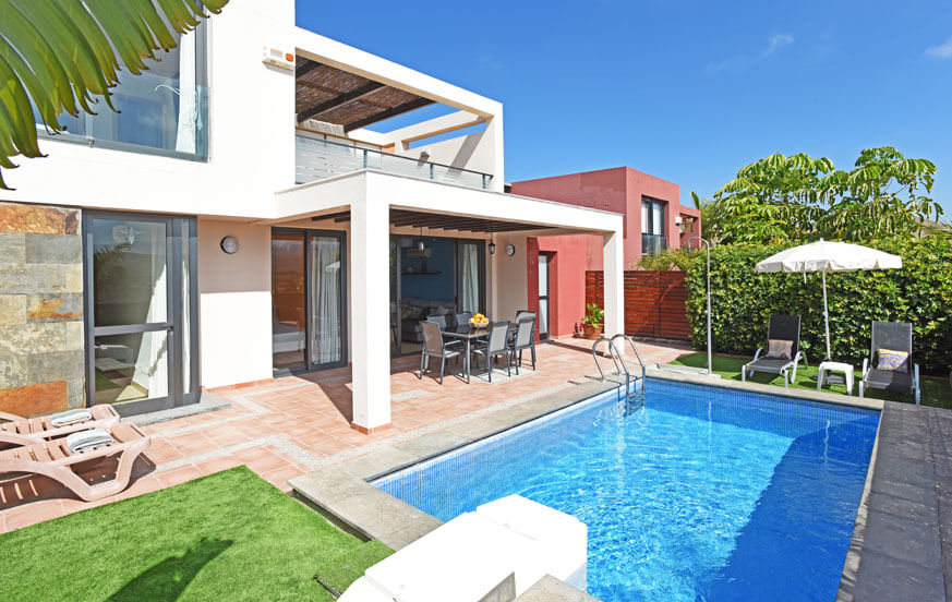Villa mit 3 Schlafzimmern, privatem Pool und großer Terrasse mit Blick auf den Golfplatz und die Berge