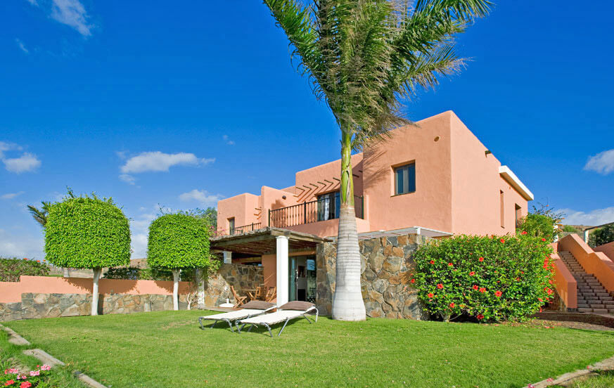 Three bedroom villa with nice garden area, beautiful views to the golf course and large communal pool