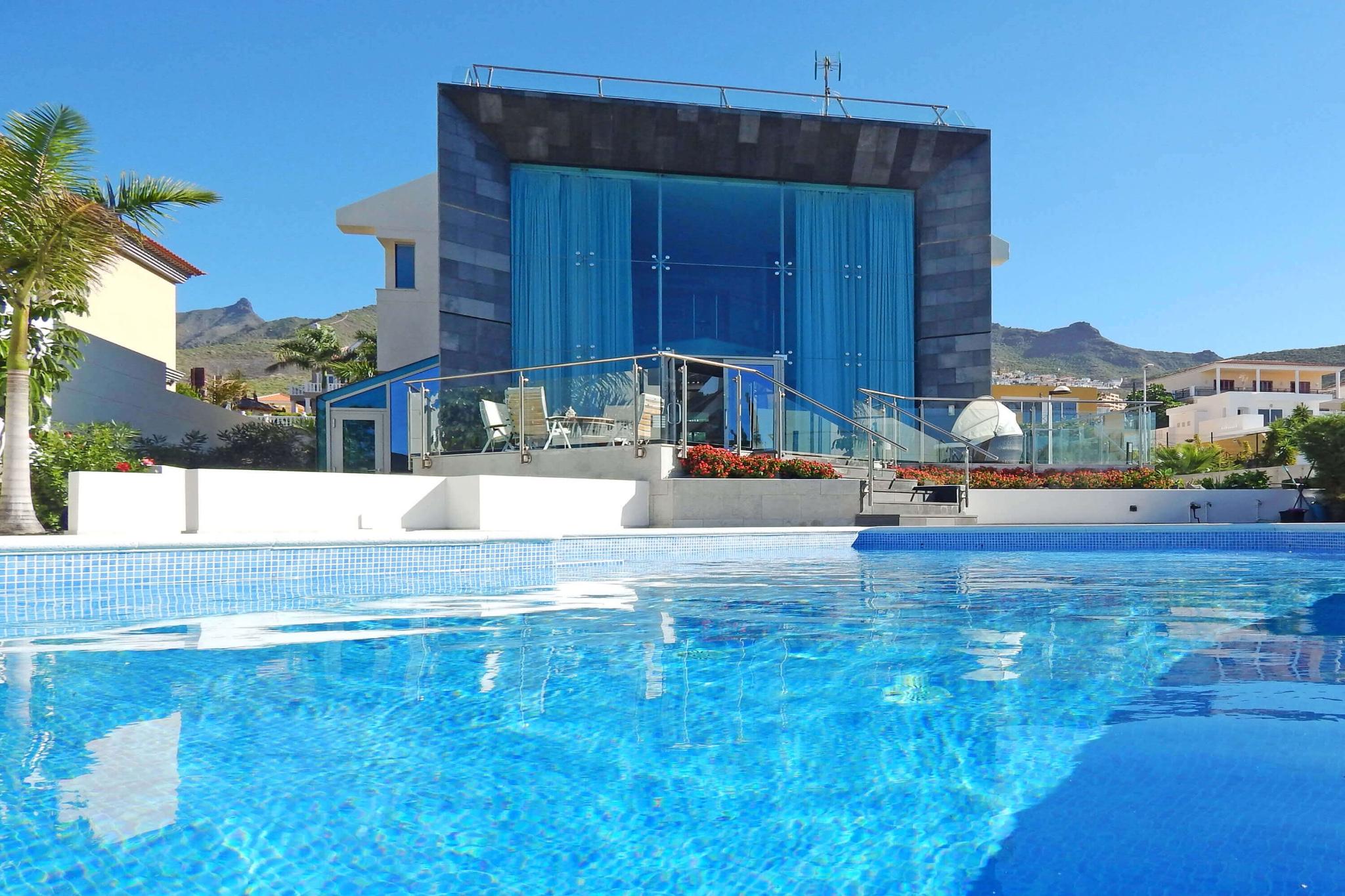 Moderna villa de lujo con piscina privada y 5 dormitorios for Casas con piscina privada para vacaciones