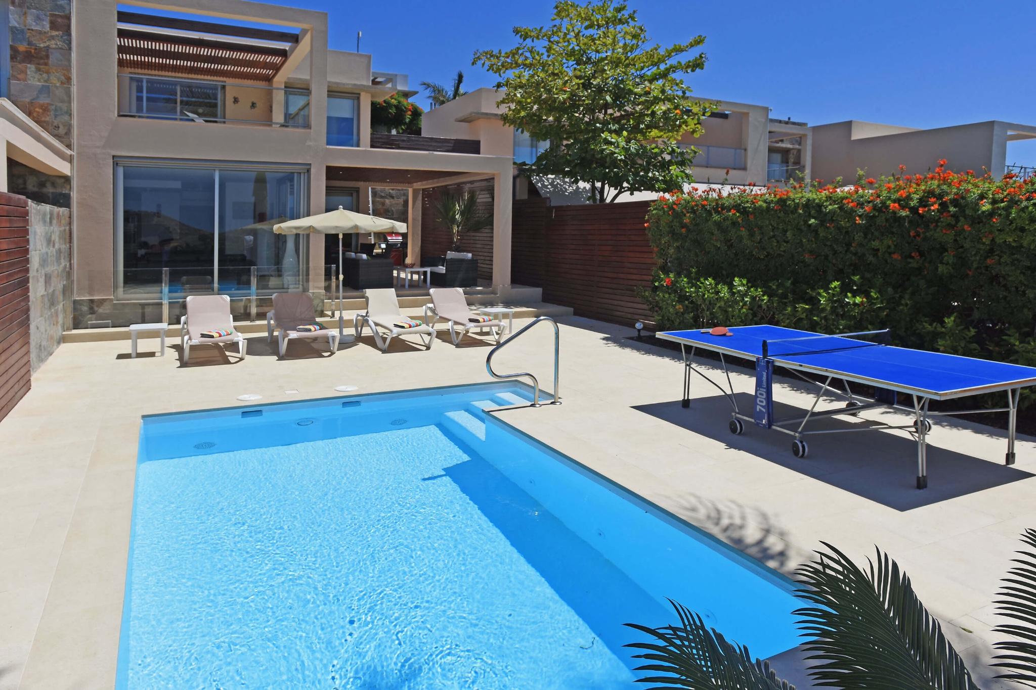 Moderne zweistöckige Villa mit angenehmen Außenbereich mit Sitzplatz, Sonnenliegen, Tischtennisplatte und Privatpool
