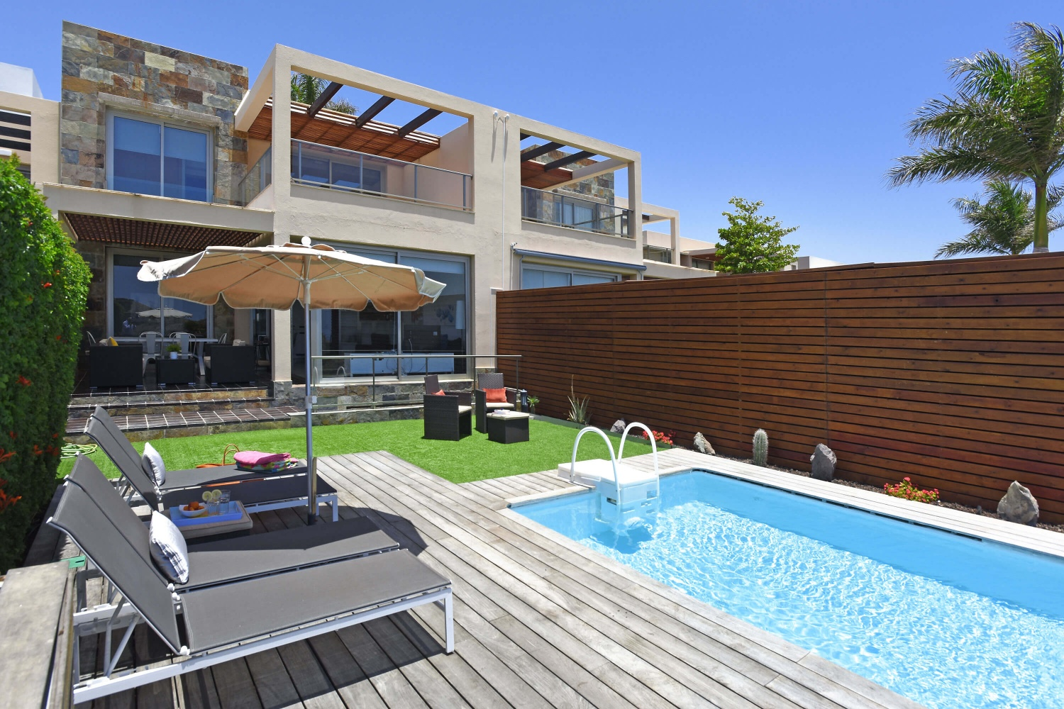Three-storey villa with four bedrooms, two beautiful terraces with garden furniture and heatable private swimming pool