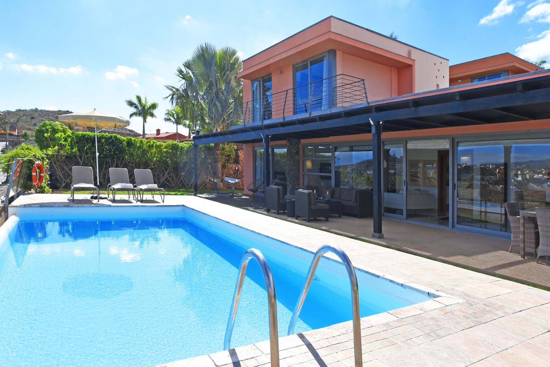 Роскошный двухэтажный дом с просторной гостиной, полукрылыми террасами и солнечной террасой с большим бассейном. Из всего дома открывается фантастический вид на поле для гольфа Салобры и горы.