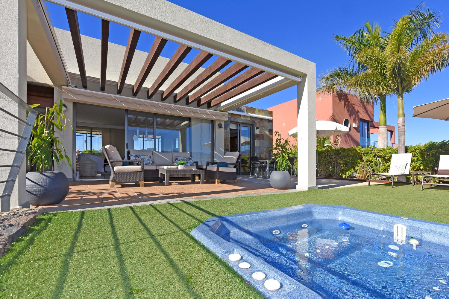 Modern holiday house with jacuzzi and wonderful views to the golf course and the sea on the south of Gran Canaria