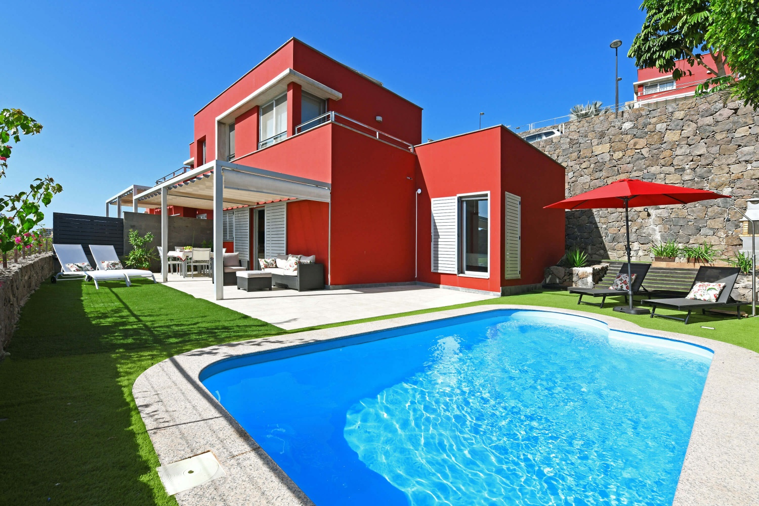 Modern and comfortably furnished holiday villa with private pool in the first row in the northern Salobre Golf course