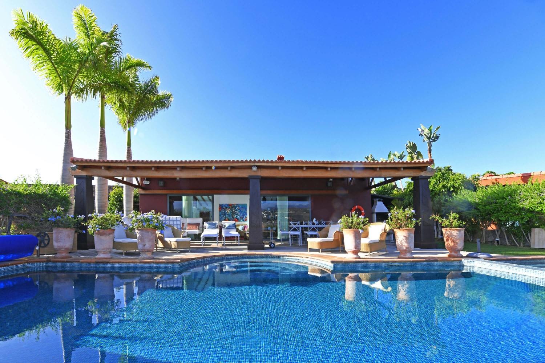 Luxusvilla mit 3 Schlafzimmern, schönem Interieur, großem Garten, Jacuzzi und großem Salzwasser-Pool mit Blick auf den Golfplatz