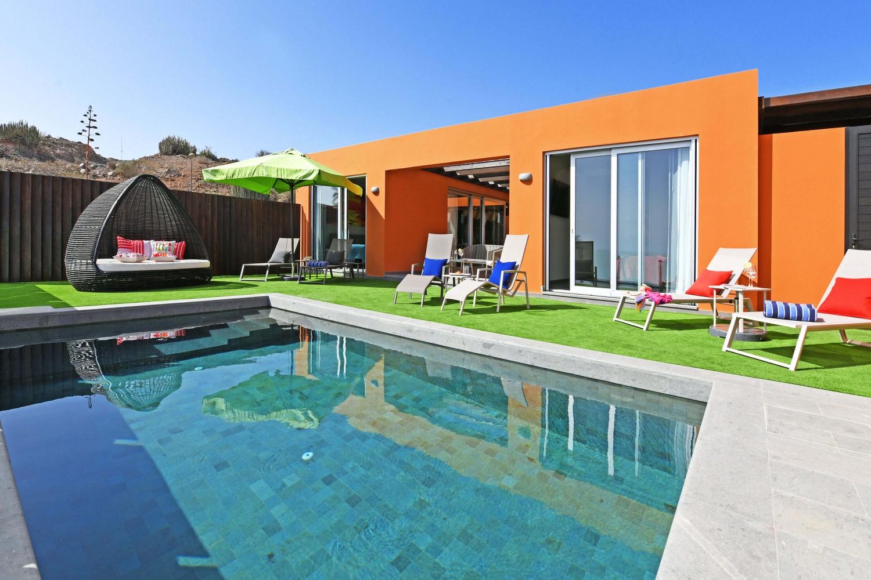 ERÖFFNUNG: Moderner Luxusbungalow mit allem Komfort, geschmackvoller Innenausstattung und einem gemütlichen Außenbereich mit sonniger Terrasse, privatem Pool- und Meerblick sowie einer Veranda mit Essbereich