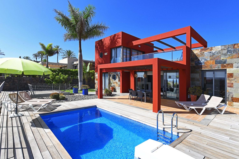 Вилла на двух этажах с современным дизайном, приятной открытой площадке и частным бассейном