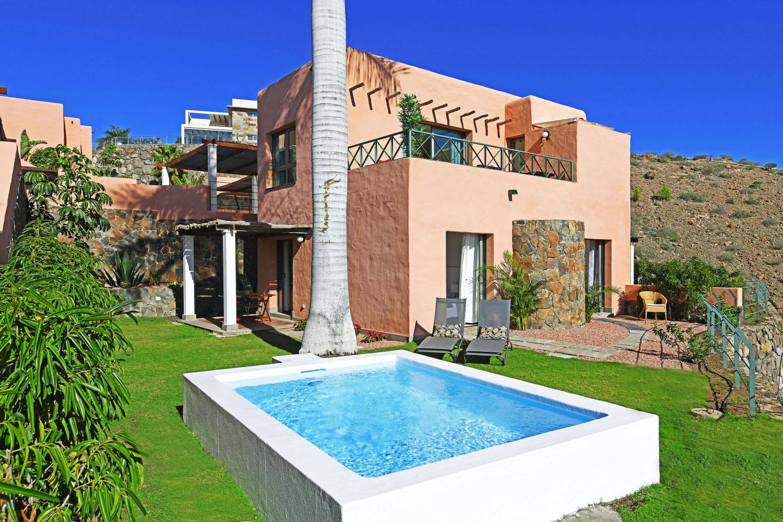Вилла с двумя спальнями с красивой террасой, видом на поле для гольфа и общий бассейн